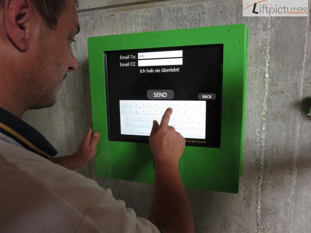 Touchscreen im IP67 Gehäuse mit Liftpictures Software im Landebeckenbereich einer Wasserrutsche